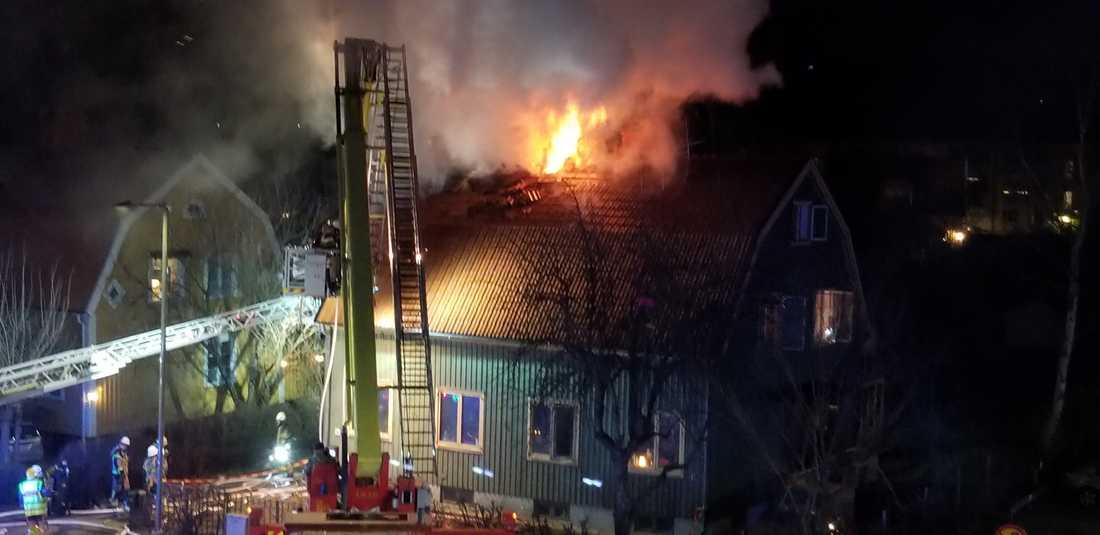 Kraftig villabrand i Bromma