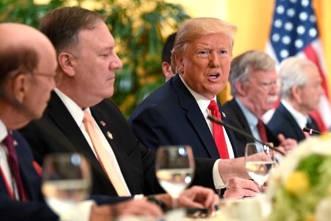 USA:s president Donald Trump i mitten, omgiven av utrikesminister Mike Pompeo till vänster och sin nationelle säkerhetsrådgivare John Bolton till höger. Bilden är tagen i Japan i juni.