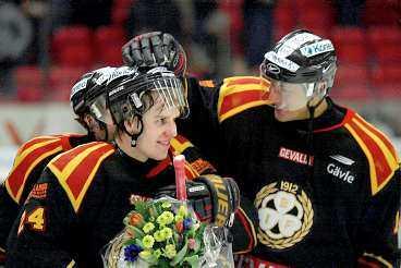 TACK, MIN HJÄLTE Jonas Soling tackar lagkamraten Tommi Miettinen efter den senares kvittering mot HV 71. 2-2-målet innebar att Brynäs klarade sig undan spel i kvalserien och därmed är lagets säsong över.