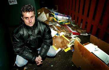 """MÅSTE BETALA 11 900 Mikael Andersson från Tomelilla tog en chans och ställde en plaststol och lite annat skräp vid återvinningsstationen. Det kostade honom 11 900 kronor i böter. """"Jag tycker att böterna är orimliga"""", säger han."""