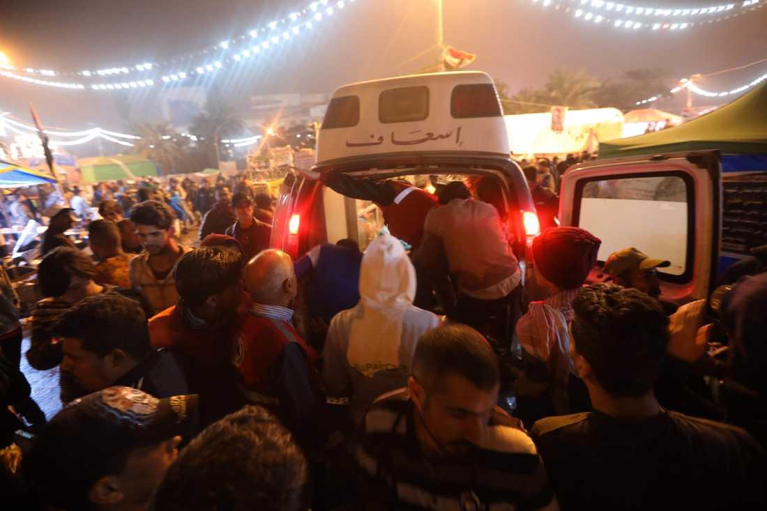 En ambulans anländer till Tahrirtorget sedan beväpnade personer attackerade ett läger för regeringskritiska demonstranter. Arkivbild.