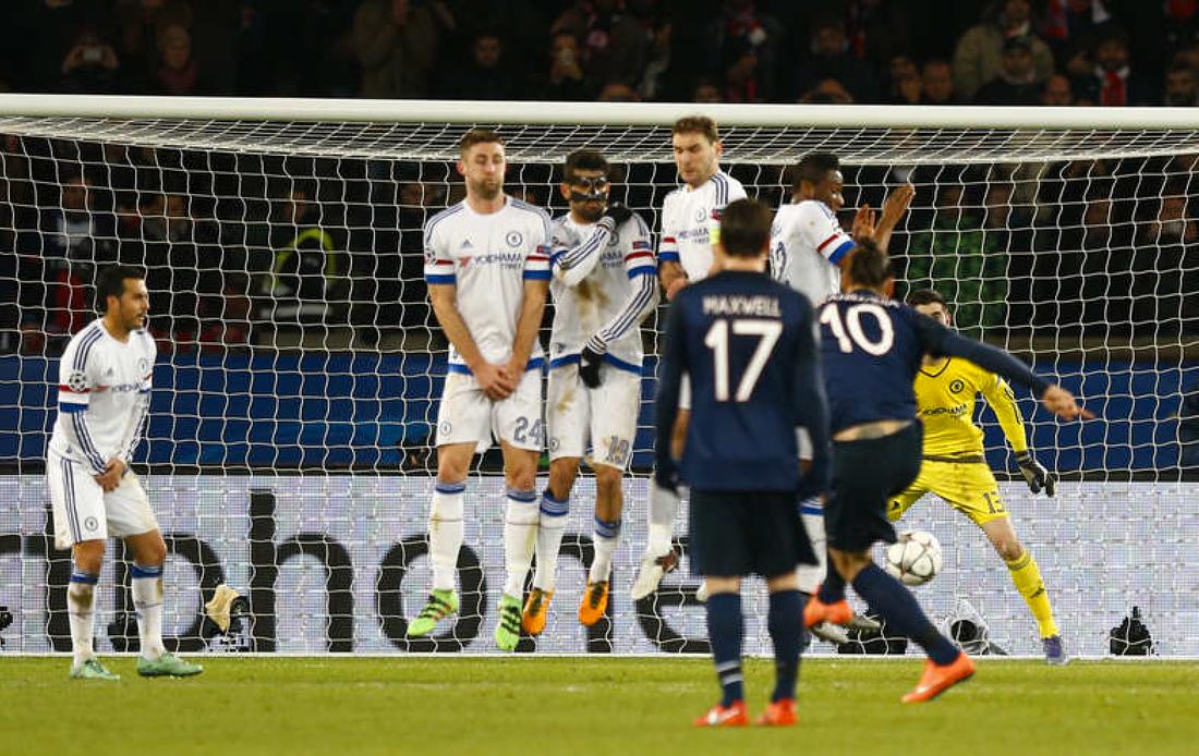 Zlatans frispark tar på Mikel och går in i mål. Foto: AP/Francois Mori