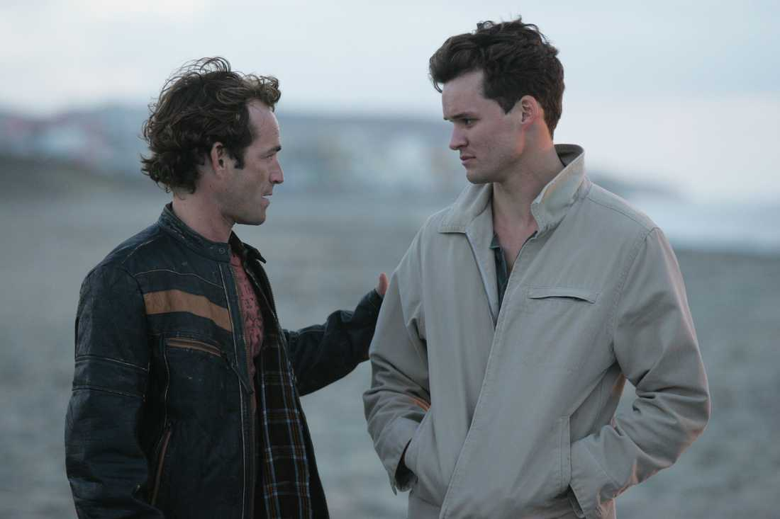 "Luke Perry och Austin Nichols i ""John from Cincinnati""."