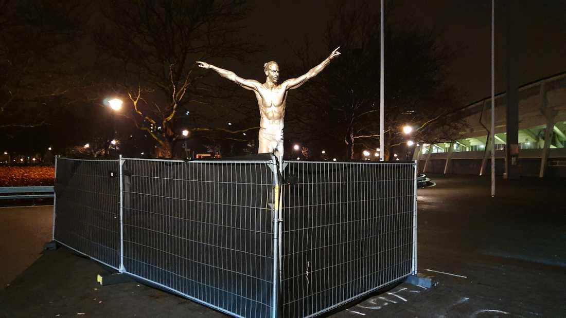 Det har slagits upp en järnring för att skydda statyn