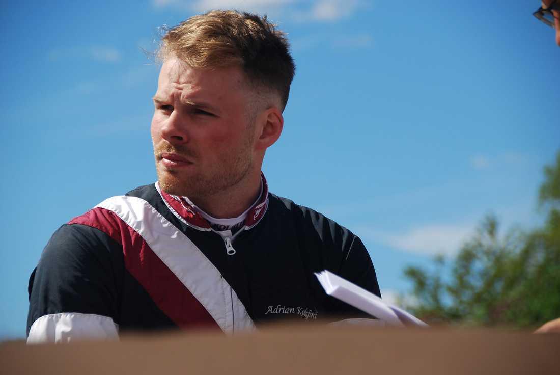 Adrian Kolgjini är avstängd från svensk travsport med omedelbar verkan.