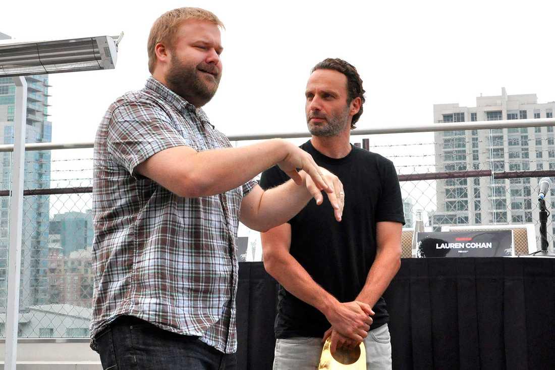 """Robert Kirkman instruerar Andrew Lincoln, som spelar Rick Grimes i """"The walking dead"""". Nu ska Kirkman producera nya spinoffen."""