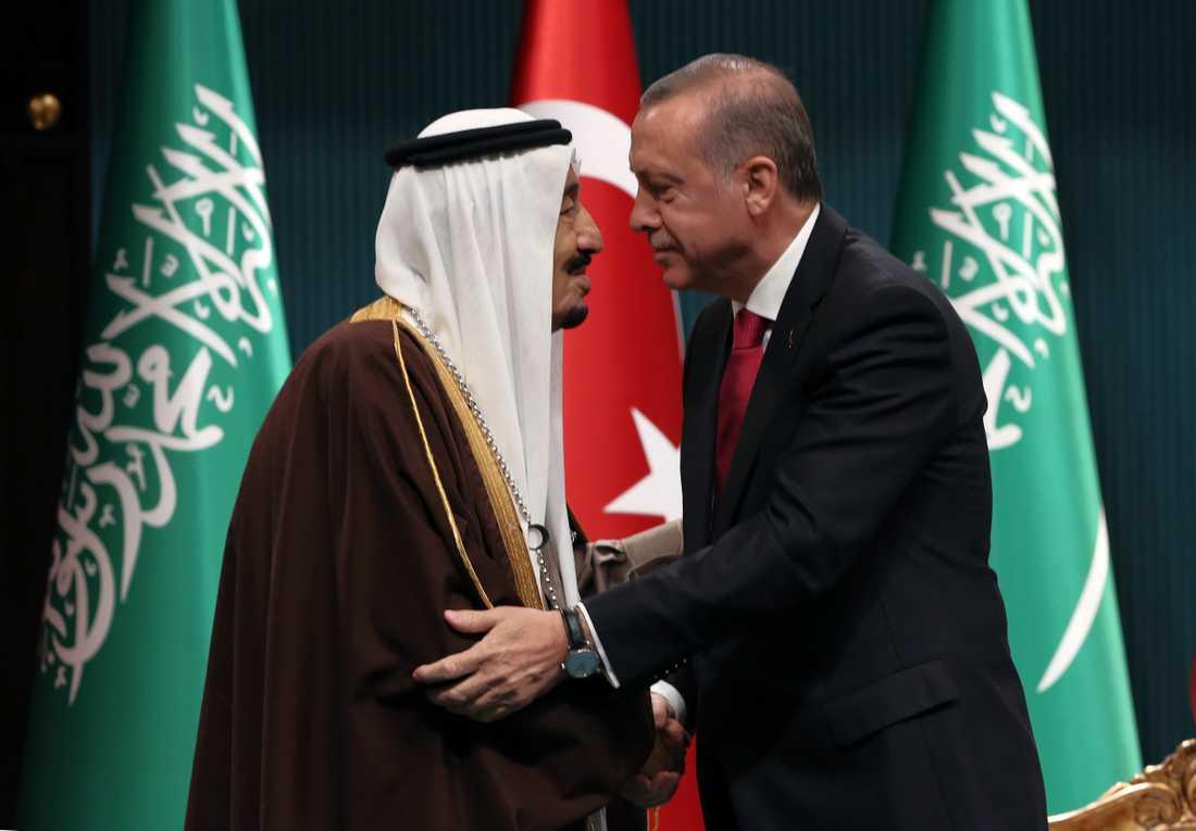 Saudiarabiens kung Salman och Turkiets president Recep Tayyip Erdogan vid ett statsbesök i Ankara 2016.