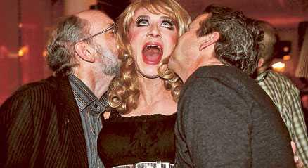 Gubbschlager After Darks Christer Lindarw, som får pussar av Bosse Bildoktorn och Martin Timell, slogs ut i den mest heterosexuella Melodifestivalen sedan 90-talet. Dags för en gay-makeover, skriver Fredrik Virtanen.