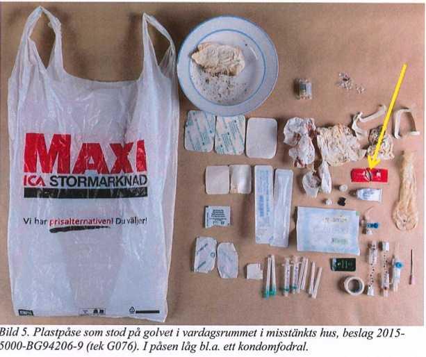 Plastpåse tagen i beslag i den misstänkte läkarens vardagsrum. Innehöll bland annat kondomfodral och sprutor.