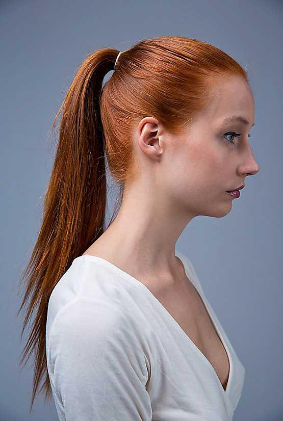 1. Samla ihop allt hår i en hög tofs uppe på hjässan.