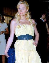 """POP-HILTON Sångkarriären skjuter fart för Paris Hilton. När TV4 jagar artister till """"Sommarkrysset"""" är hon given på önskelistan. Och Hilton gillar i alla fall svenska flaggans färger. Nyligen besökte hon ett modevernissage i Los Angeles så här stiligt."""