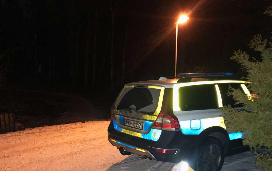 Kvinnan påträffades i utkanterna av ett villaområde i Eskilstuna.