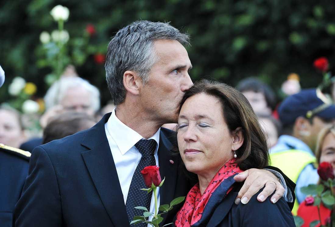 """KÄRLEK KÄRLEK """"Den kärlek jag ser här gör mig säker"""", sa statsminister Jens Stoltenberg. Här med hustrun Ingrid."""