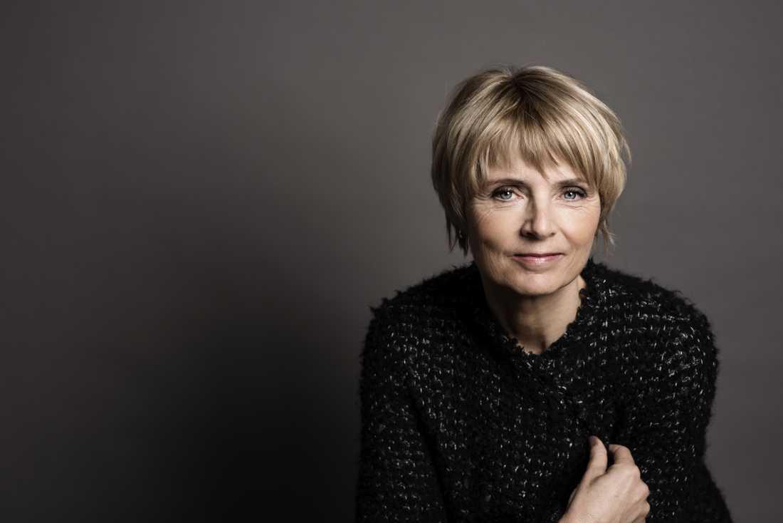 Hanne-Vibeke Holst är född 1959 i Lökken, Danmark och är journalist och författare.