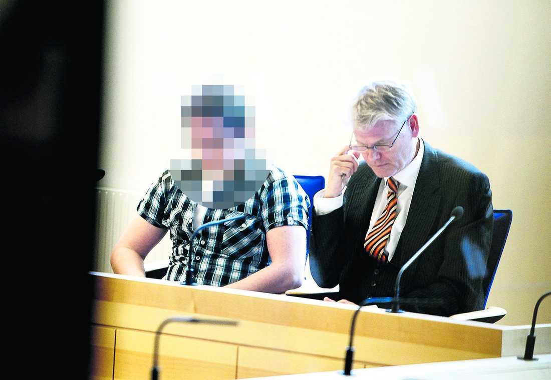 Dödade tvååringen Styvpappan hävdar att han tog ut ilskan på sig själv genom att misshandla det tvååriga barnet. Det kostade Theo livet. Här sitter den misstänkte mannen i Linköpings tingsrätt tillsammans med sin försvarare Anders Kihlstedt.