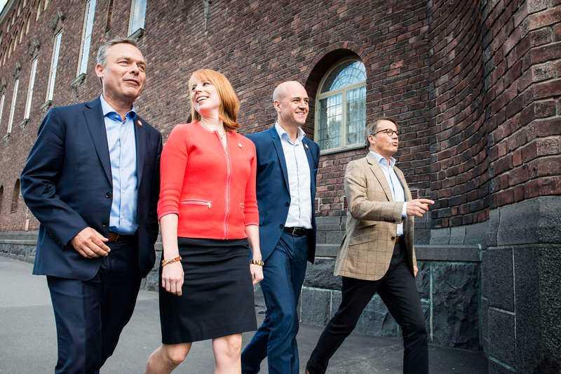 """Positivt besked för Alliansen. """"Det går fortfarande att vrida runt"""", säger Fredrik Reinfeldt om chanserna att ta sig förbi de rödgröna."""