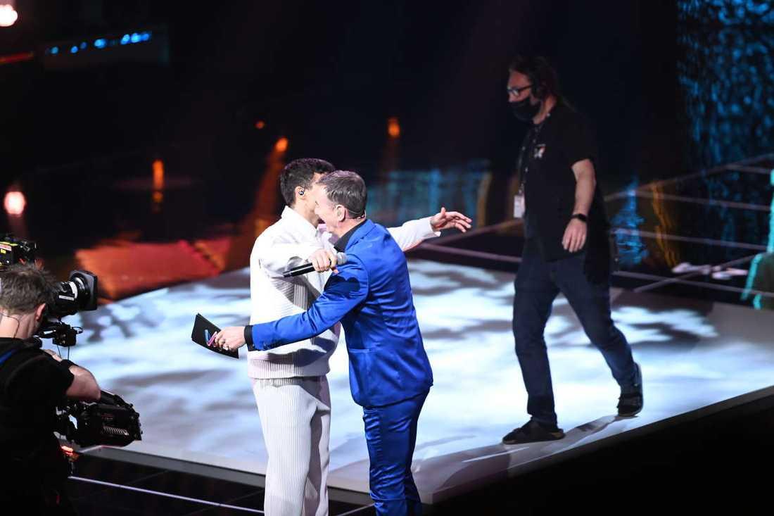 Här kramas Eric Saade och Christer Björkman på scenen.