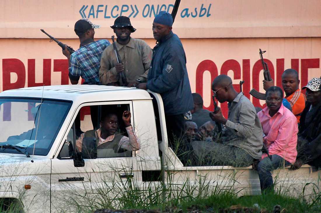 Civilklädda regeringssoldater patrullerar i Kongo-Kinshasa.