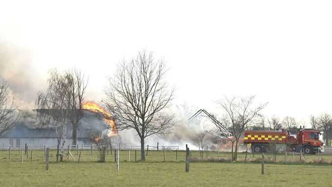 Brand rasar i flera byggnader.