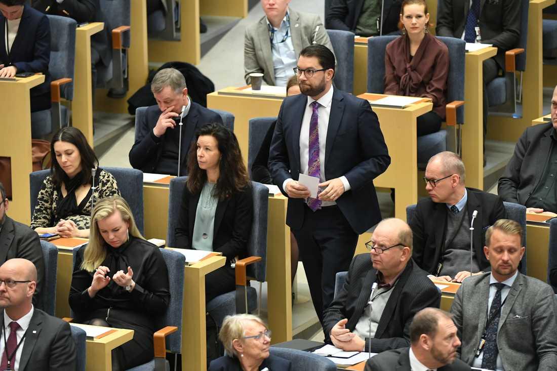 Jimmie Åkesson (sd) på väg för att tala under statsministeromröstningen i Riksdagen.