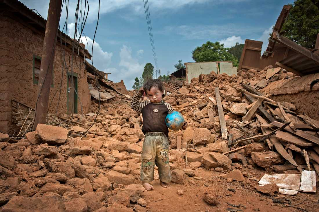 De 60 husens by. 17 personer dog här under jordbävningen. Saroj, 2, överlevde men alla husen i byn är förstörda.