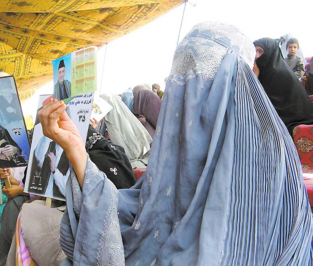 TROTSAR SIN RÄDSLA Talibanerna har hotat att stympa eller döda dem som vågar rösta i presidentvalet i Afghanistan. Det gör att många tvekar att gå och lägga sin röst, speciellt kvinnor. På bilden syns några kvinnor som visar sitt stöd för den sittande presidenten Hamid Karzai.