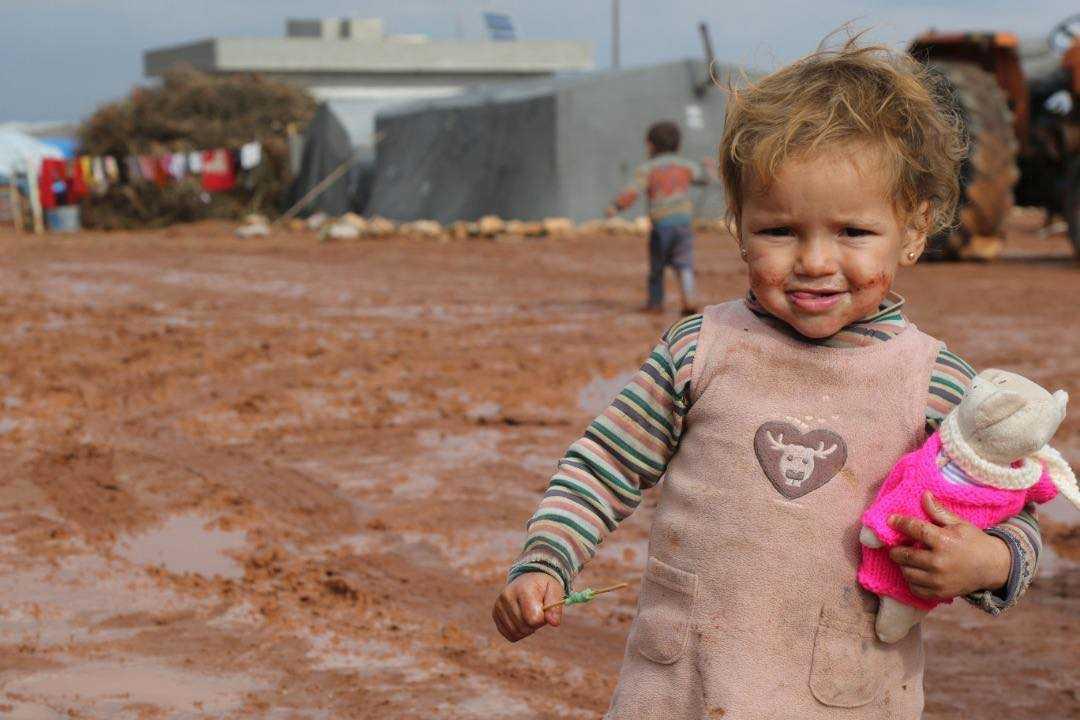 Fatoume Somar, 2 år, blev glad för en nalle med stickade kläder från sollentunabon Bitte Olsson.