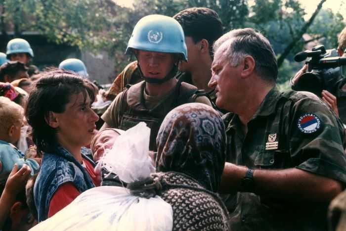 Mladic trupper delar ut förnödenheter till muslimska bybor