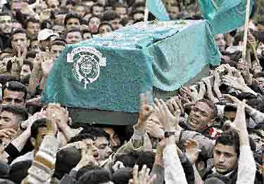 Omkring 400 000 människor följde schejk Yassin till graven i går.
