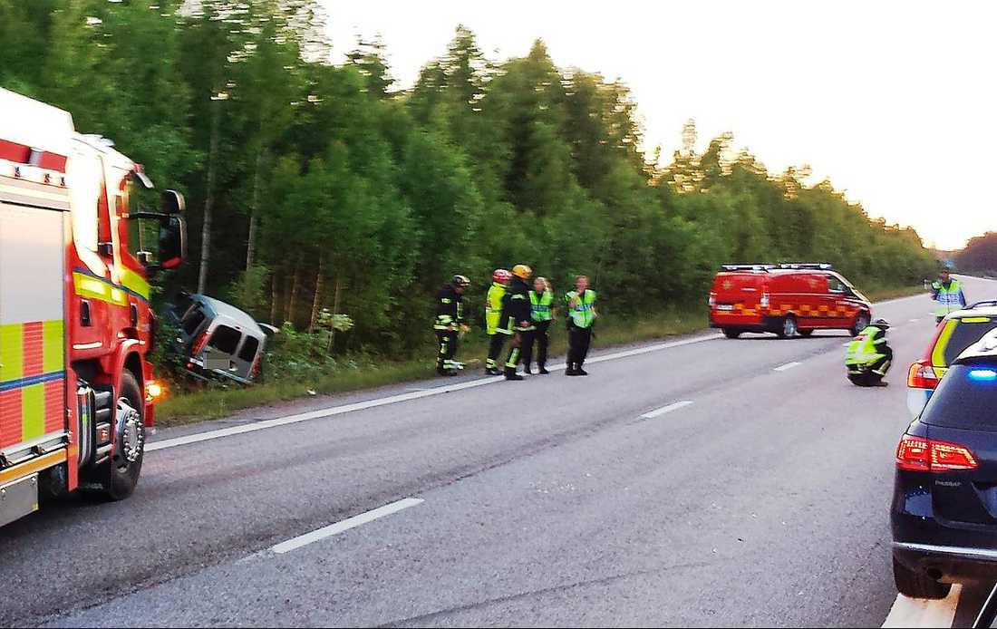En kvinna skadades allvarligt vid en olycka på E4 söder om Gävle, vid Älvkarleby. Kvinnan körde in i ett framförvarande släp.