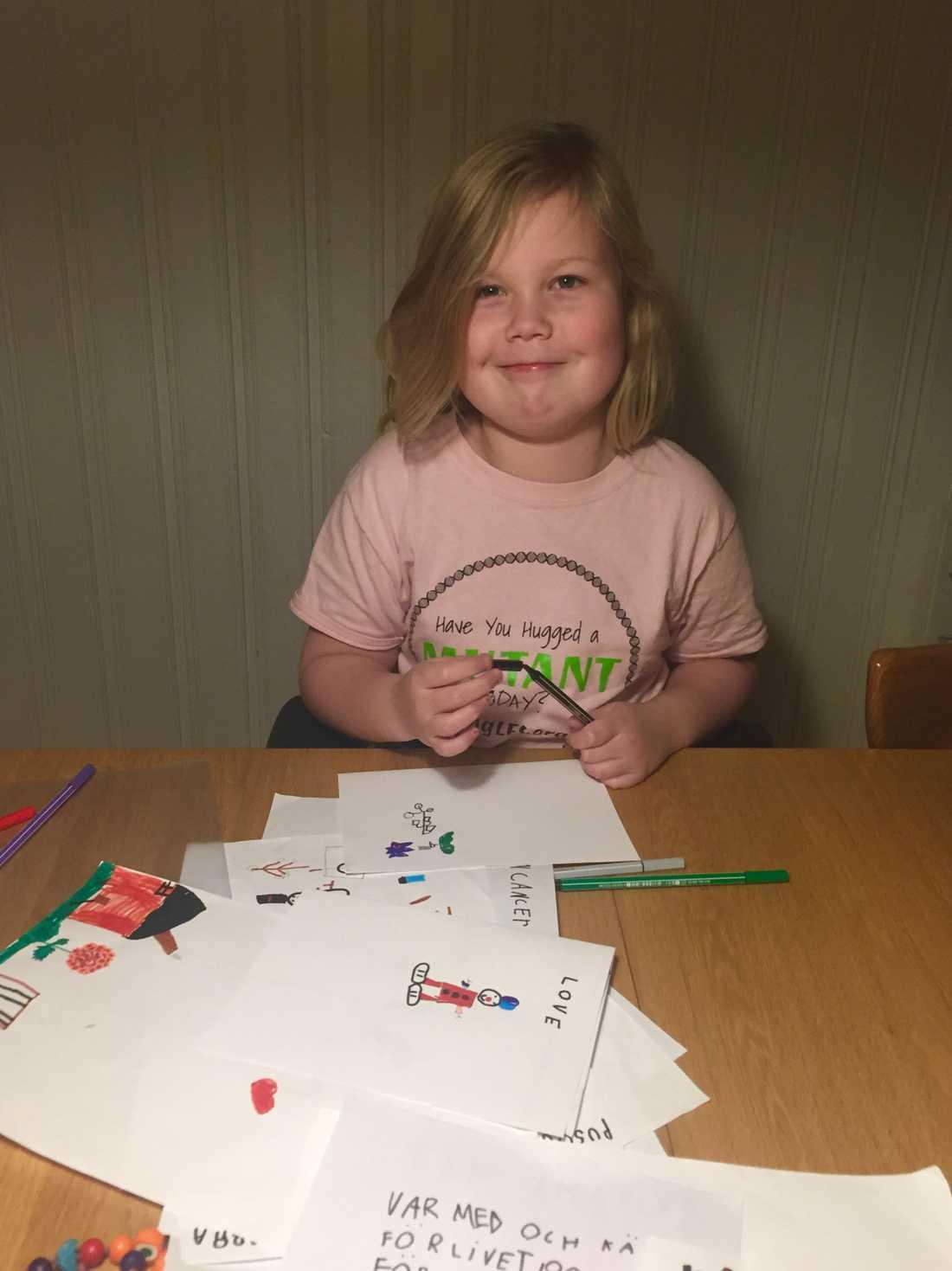 Elise Triezenberg har haft många hjärntumörer, men gör ändå glada kort till andra sjuka barn.
