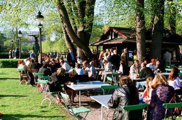 Jobb - bara när det är sol Ungdomar som jobbar på till exempel utomhuscaféer blir arbetslösa av SMHI:s nya vädertjänst, menar LO.