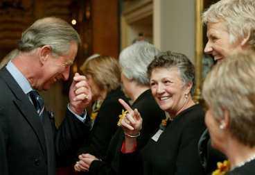 Prins Charles hade hjärtligt roligt tillsammans med damerna som vek ut sig i en nakenkalender för att samla in pengar till forskning om leukemi. T v en bild ur kalendern.