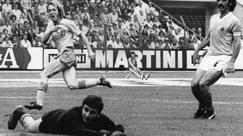 Ladislao Mazurkiewicz släpper in ett mål från Roland Sandberg i VM 1974.