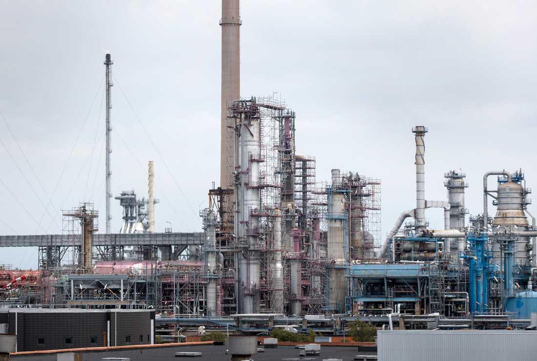 Preemraff i Lysekil är redan idag en av de anläggningar i Sverige som släpper ut mest koldioxid. Om utbyggnadens alla delar genomförs som planerat, kan utsläppen dubbleras. Preem hoppas att förnybara råvaror i stället för råolja, och ny teknik för lagring av koldioxid, ska hålla utsläppen nere på samma nivå som idag – eller mindre.