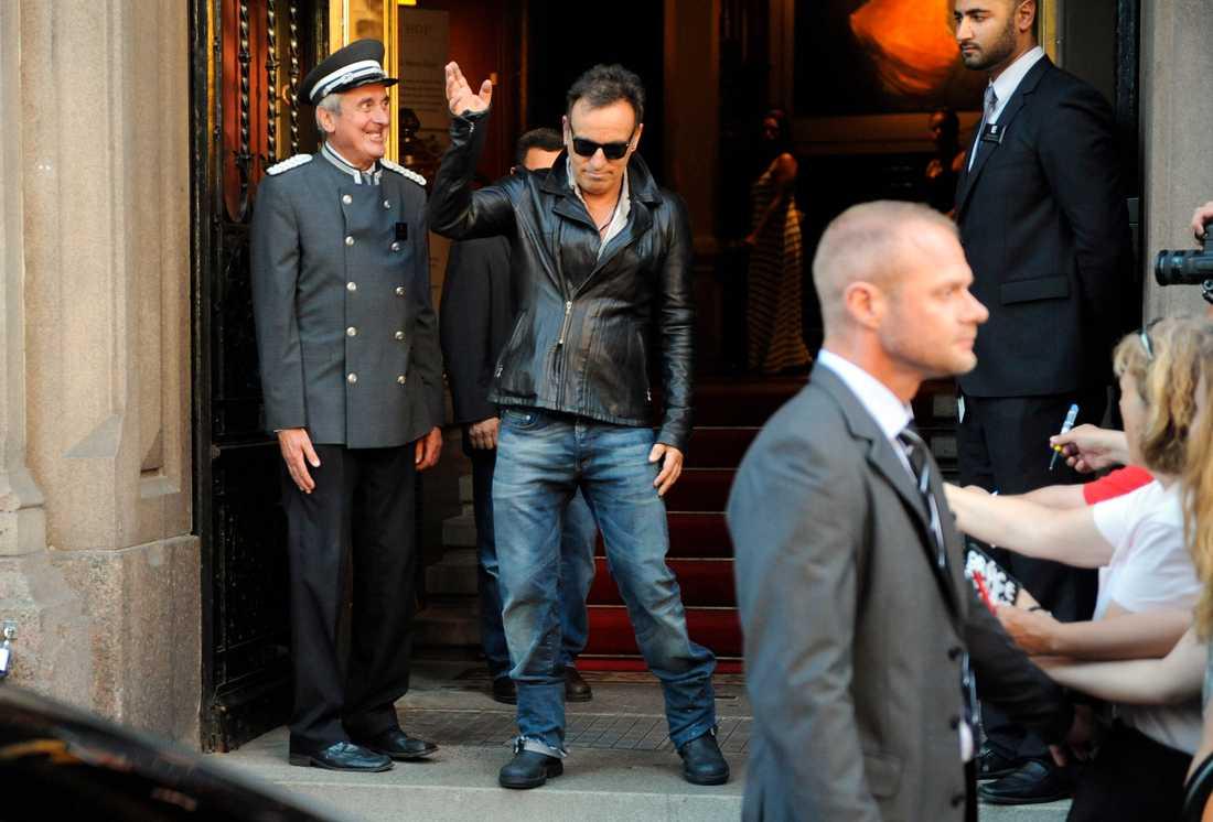 Bruce bjuder på sig själv och showar utanför hotellet.