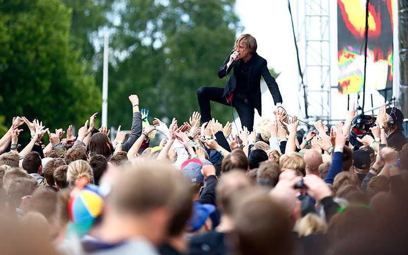 Christina Leinonen, turistchef på Upplev Norrköping, tipsar om att besöka Bråvalla-festivalen i Norrköping. Bild från 2015 då bland annat Refused med Dennis Lyxzén stod på scenen.