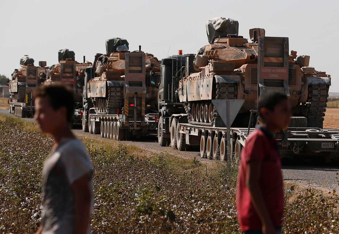 Turkiska styrkor på väg mot gränsen.