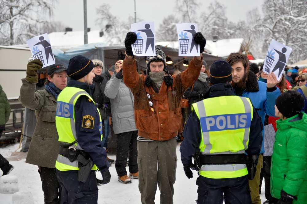 Även demonstranter var närvarande