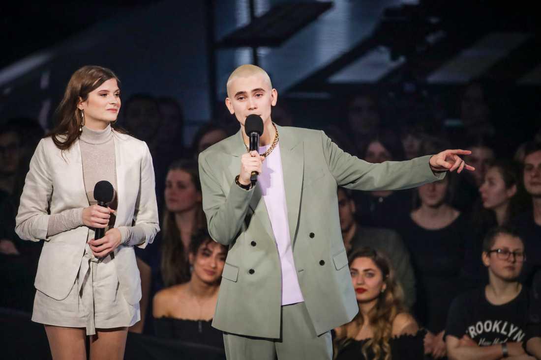 Prisutdelarna Hanna Ardéhnoch Felix Sandman som delar ut priset Årest pop under P3 Guld-galan.