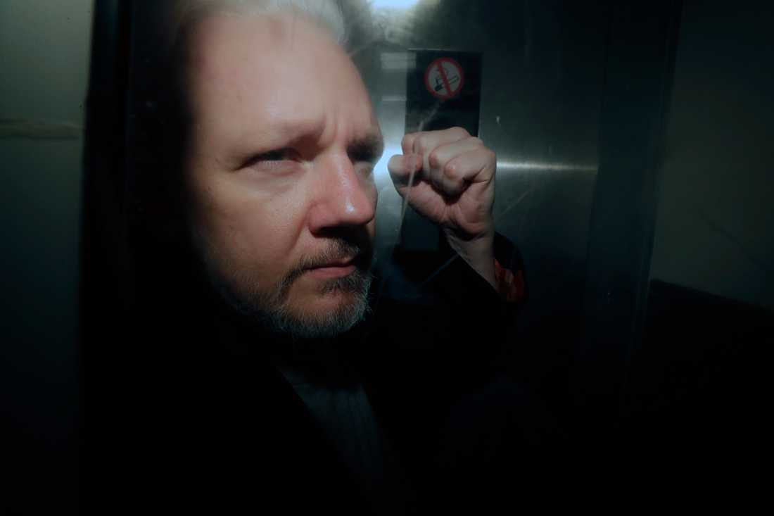 Julian Assange förs ut ur en rättssal i London i början av maj. Arkivbild