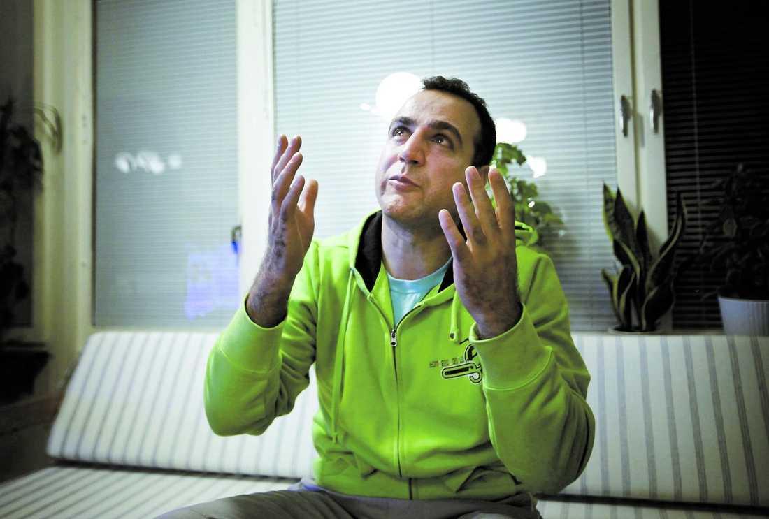 """slut tack vare Hossein Afshins ingripande. Han stoppade pojkens fall med sin kropp. """"Jag är glad för att pojken lever och för att jag har gjort mitt bästa. Men jag kommer aldrig glömma det här"""", säger Hossein Afshin.Dramat vid Brunnstorget i Göteborg fick ett lyckligt"""