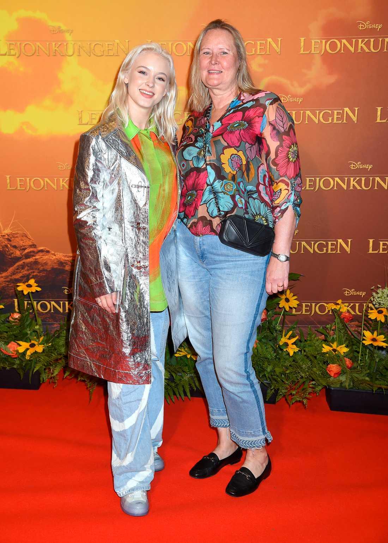 """Zara Larsson tog med sig mamma Agnetha Larsson till premiären av """"Lejonkungen"""""""