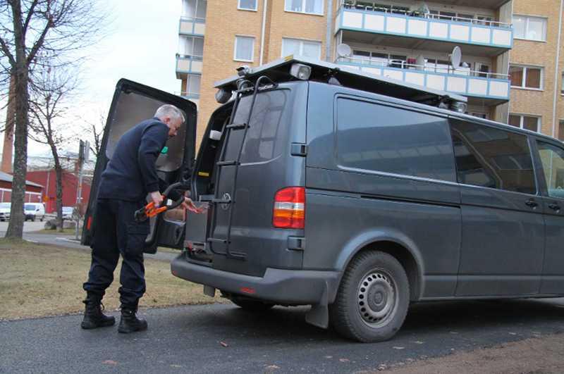 Polisens tekniker undersökte bostaden där kvinnan hittades död.