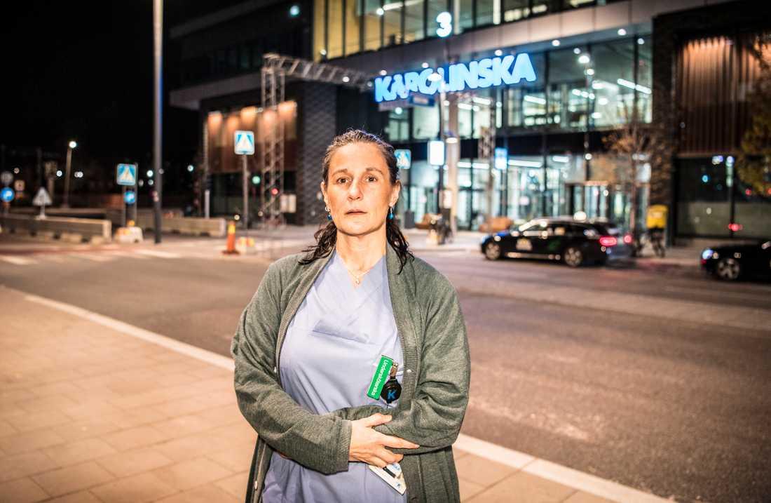 – Vi ligger på bristningsgränsen, säger Madeleine Fagernäs, undersköterska på Karolinska.