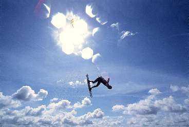 Sedan gäller det att kunna kontrollera krafterna. Styrka och teknik är viktiga egenskaper för att bli en duktig kitesurfare. Men för att prova på sporten krävs bara en sandstrand där man kan lägga ut draken och 30 meter linor.