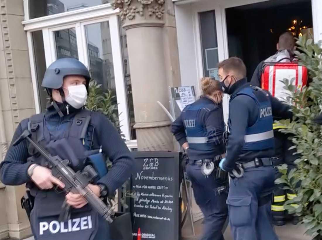 Polis och räddningspersonal i Trier efter att en bil kört in i en folkmassa.