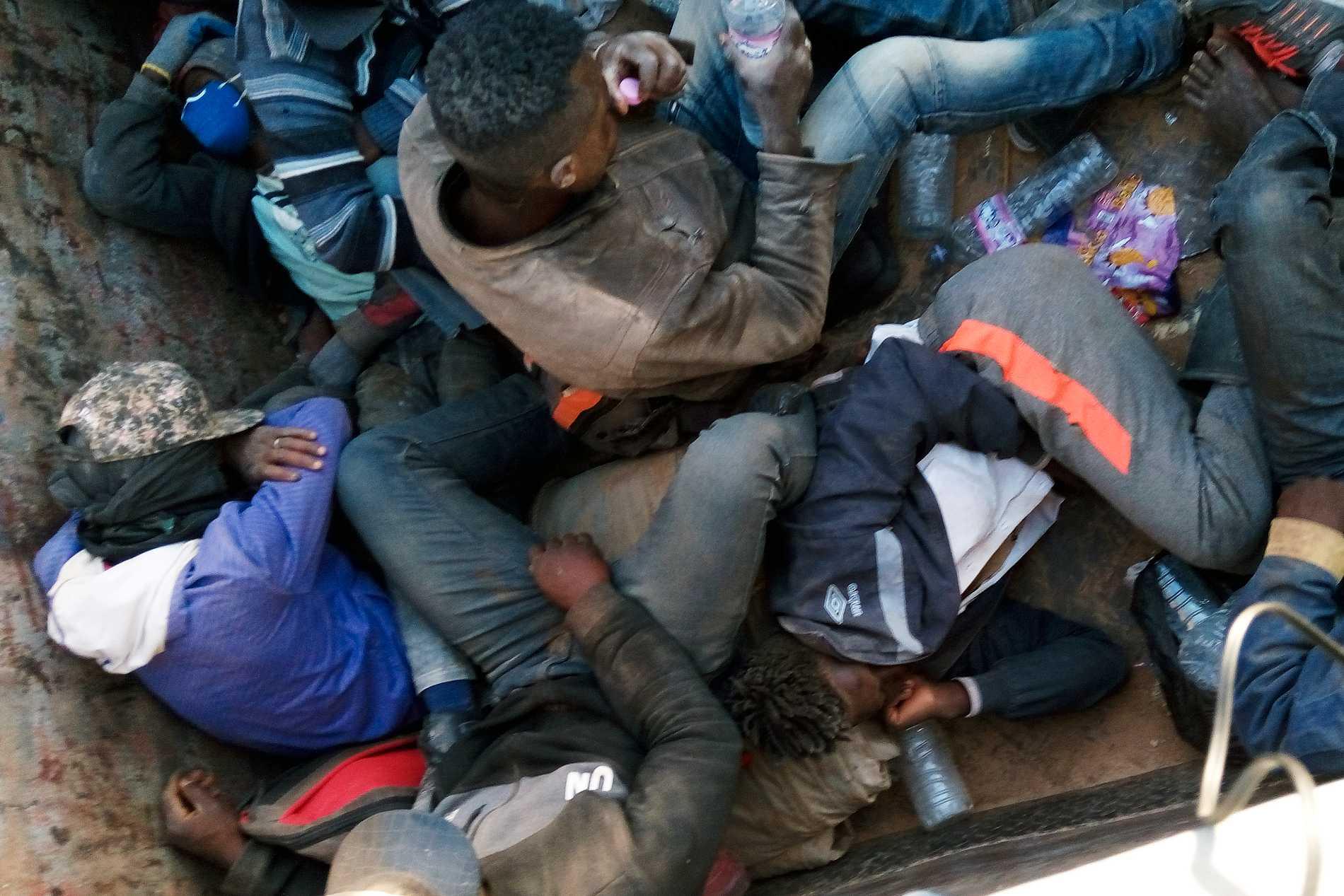 """Här körs migranter i en lastbil på väg mot """"Point Zero"""" vid gränsen mellan Algeriet och Niger, där de ska tvingas ut på en livsfarlig vandring."""