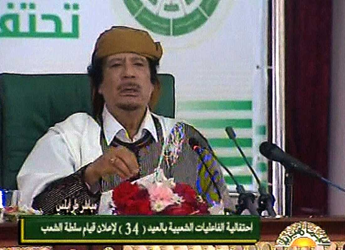 """13.53 Libyerna har rätt att försvara sig mot """"terroristerna"""" som förstör i landet, menar han. """"Vi kommer att kämpa till sista blodsdroppen för att försvara vårt land"""", säger Gaddafi."""