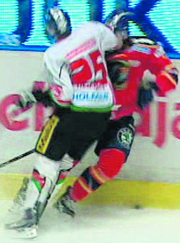 Pang! Här sänker Hedman Dif-backen Holmqvist.